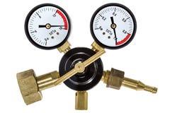 Regolatore di pressione del gas con il manometro, isolato con il taglio del PA Immagine Stock