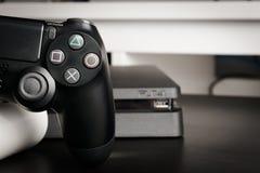Regolatore esile di revisione 1Tb e del gioco di Sony PlayStation 4 Immagini Stock