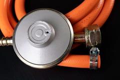 Regolatore per la bombola a gas e gli accessori del propano-butano su una tavola di legno dell'officina Accessori del gas nell'of immagini stock