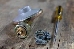 Regolatore per la bombola a gas e gli accessori del propano-butano su w immagini stock libere da diritti