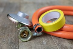 Regolatore per la bombola a gas e gli accessori del propano-butano su w fotografia stock libera da diritti