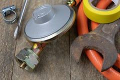 Regolatore per la bombola a gas e gli accessori del propano-butano su w fotografie stock