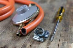 Regolatore per la bombola a gas e gli accessori del propano-butano su w fotografie stock libere da diritti