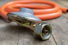 Regolatore per la bombola a gas e gli accessori del propano-butano su w fotografia stock