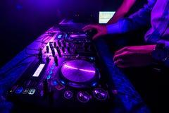 Regolatori del regolatore e del miscelatore del DJ nel night-club per la discoteca Immagini Stock Libere da Diritti