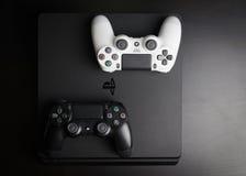 Regolatori esili di revisione 1Tb e del gioco di Sony PlayStation 4 Fotografia Stock