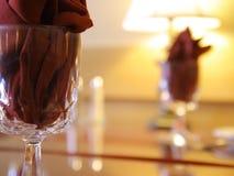 Regolazione accogliente della tavola del ristorante immagini stock