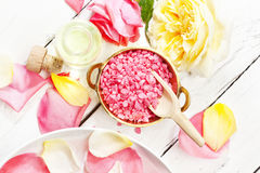 Regolazione con le rose, sale da bagno della stazione termale in ciotola, olio di massaggio Immagini Stock Libere da Diritti