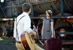 Regolazione d'annata del treno della serenata delle retro giovani coppie di amore Fotografia Stock Libera da Diritti