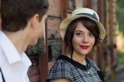 Regolazione d'annata del treno delle retro giovani coppie di amore Fotografia Stock Libera da Diritti