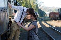 Regolazione d'annata del treno delle retro giovani coppie di amore Fotografie Stock