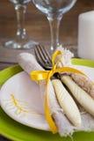 Regolazione d'annata della primavera con la coltelleria, piatto bianco Fotografia Stock