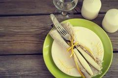 Regolazione d'annata della primavera con la coltelleria, piatto verde Immagine Stock