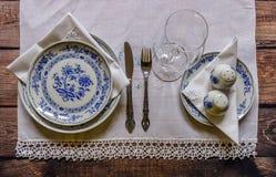 Regolazione d'annata della tavola con la coltelleria dell'argento e della porcellana sul woode Immagine Stock