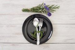 Regolazione del piatto di cena della decorazione sulla vista di legno del piano d'appoggio Fotografia Stock