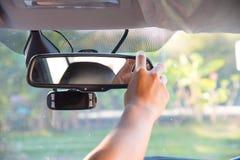 Regolazione del retrovisore di un'automobile Fotografie Stock Libere da Diritti