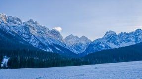 Regolazione del sole delle montagne di Dolomiti Fotografia Stock Libera da Diritti