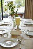 Regolazione del tavolo da pranzo con il fiore Fotografie Stock