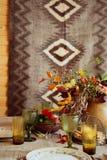 Regolazione della decorazione della tavola di festa di caduta sulla tavola di legno Stile rustico Fotografia Stock