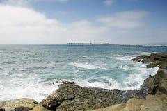 Regolazione della spiaggia rocciosa Fotografia Stock