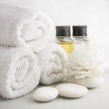 Regolazione della stazione termale con gli asciugamani nella stanza del bagno Immagini Stock Libere da Diritti