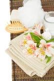Regolazione della stazione termale con i fiori di alstroemeria Immagini Stock