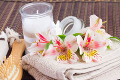 Regolazione della stazione termale con i fiori di alstroemeria Immagine Stock Libera da Diritti