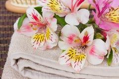 Regolazione della stazione termale con i fiori di alstroemeria Fotografia Stock