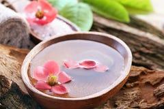Regolazione della stazione termale con il fiore Immagine Stock