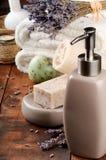 Regolazione della stazione termale con il sapone e la lavanda naturali fotografia stock