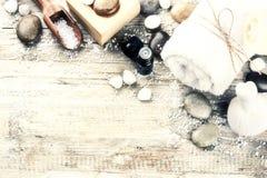 Regolazione della stazione termale con il sapone naturale, palla di massaggio ed essenziale di erbe immagine stock
