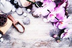 Regolazione della stazione termale con l'orchidea rosa, sapone naturale, palla di erbe di massaggio immagine stock libera da diritti