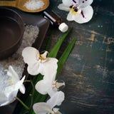Regolazione della STAZIONE TERMALE con le orchidee ed il sale marino bianchi di fioritura Spazio per Immagine Stock Libera da Diritti