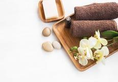 Regolazione della stazione termale con le pietre degli asciugamani, del fiore dell'orchidea, del sapone e di massaggio Fotografia Stock Libera da Diritti