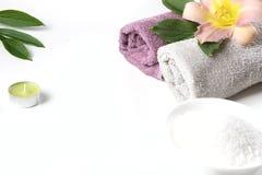 Regolazione della stazione termale dell'asciugamano, fiore, chicchi di caffè su fondo bianco con lo spazio della copia distendasi Fotografie Stock