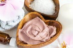Regolazione della stazione termale Maschera cosmetica di protezione e del corpo fatta di argilla rosa Fotografia Stock Libera da Diritti