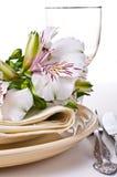 Regolazione della Tabella con i fiori bianchi di alstroemeria Immagine Stock Libera da Diritti
