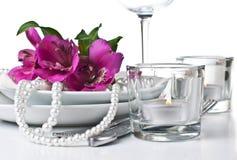 Regolazione della Tabella con i fiori dentellare di alstroemeria Fotografie Stock Libere da Diritti