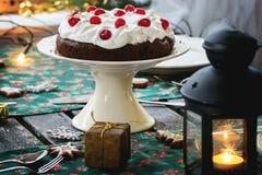 Regolazione della Tabella con il dolce di cioccolato Fotografia Stock