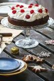 Regolazione della Tabella con il dolce di cioccolato Immagini Stock
