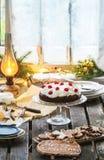 Regolazione della Tabella con il dolce di cioccolato Immagine Stock