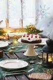 Regolazione della Tabella con il dolce di cioccolato Fotografie Stock