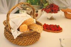 Regolazione della Tabella con le bottiglie di vino e del cestino del pane Fotografia Stock