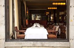 Regolazione della tabella del ristorante Fotografie Stock