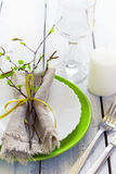 Regolazione della Tabella della primavera alla tavola di legno bianca con i bordi Immagine Stock Libera da Diritti