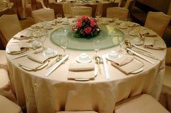 Regolazione della tabella di banchetto di cerimonia nuziale fotografie stock libere da diritti
