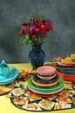 Regolazione della tabella di festa di Colorfull con il fiore Fotografia Stock