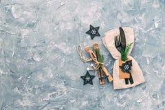 Regolazione della tabella di natale Tovagliolo, forcella e coltello con le decorazioni fotografia stock