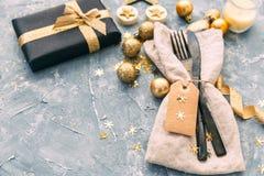 Regolazione della tabella di natale Tovagliolo, forcella e coltello con le decorazioni Fotografie Stock