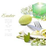 Regolazione della tabella di Pasqua con la candela ed i fiori immagine stock libera da diritti